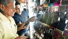 Lima, 4 de marzo del 2014  TelÈfonos celulares presuntamente robados en las Malvinas.  Foto: Victor Idrogo / El Comercio